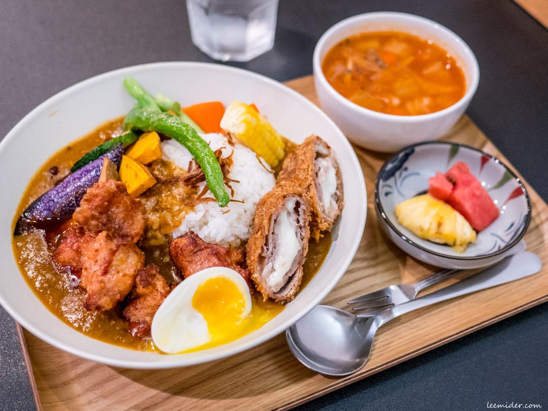 台北中山站-羅本家咖哩,唐揚炸雞+起司豬排+蔬菜通通有的豪華綜合版日式咖哩飯
