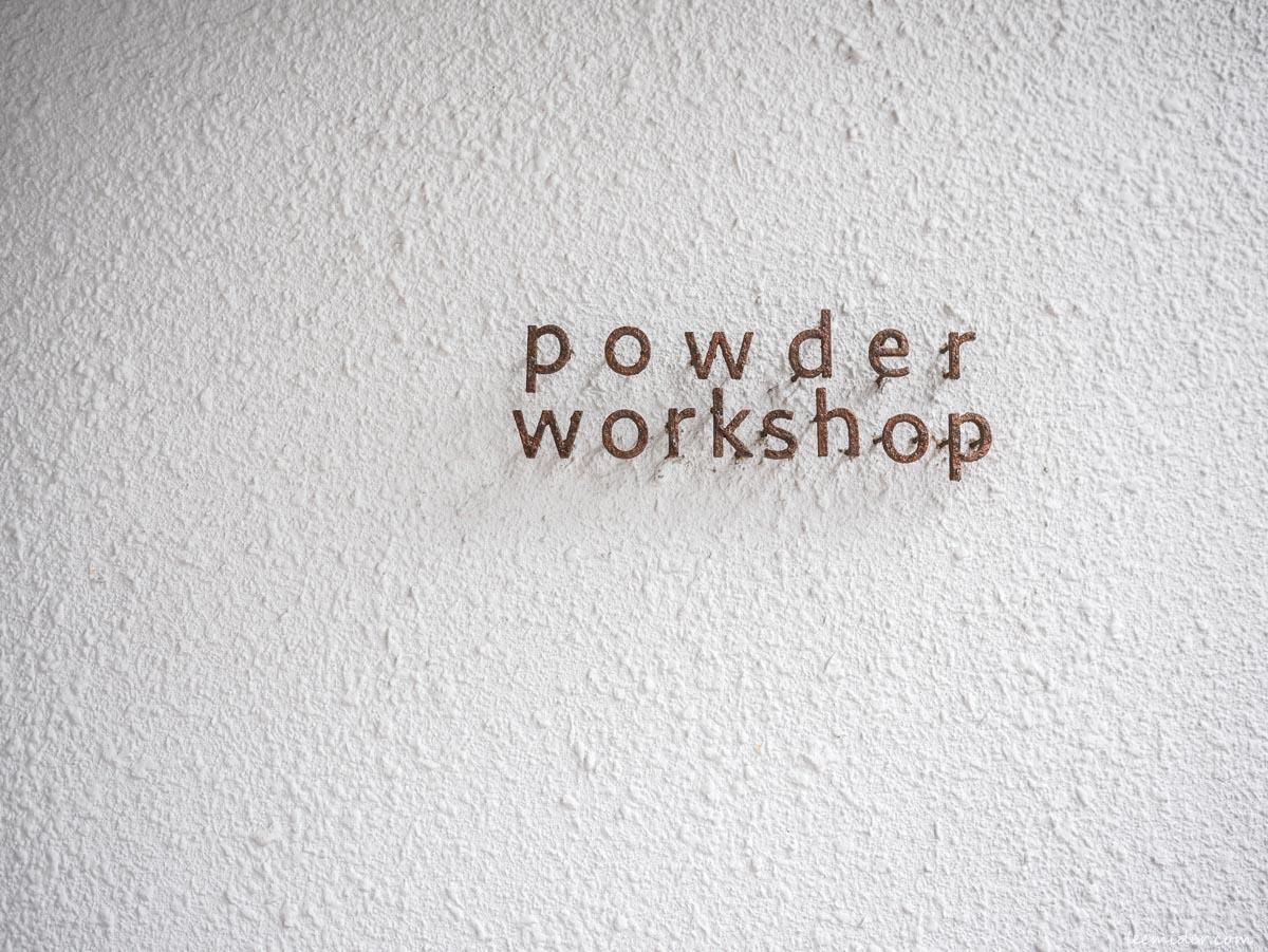 Powder workshop店外的招牌小字