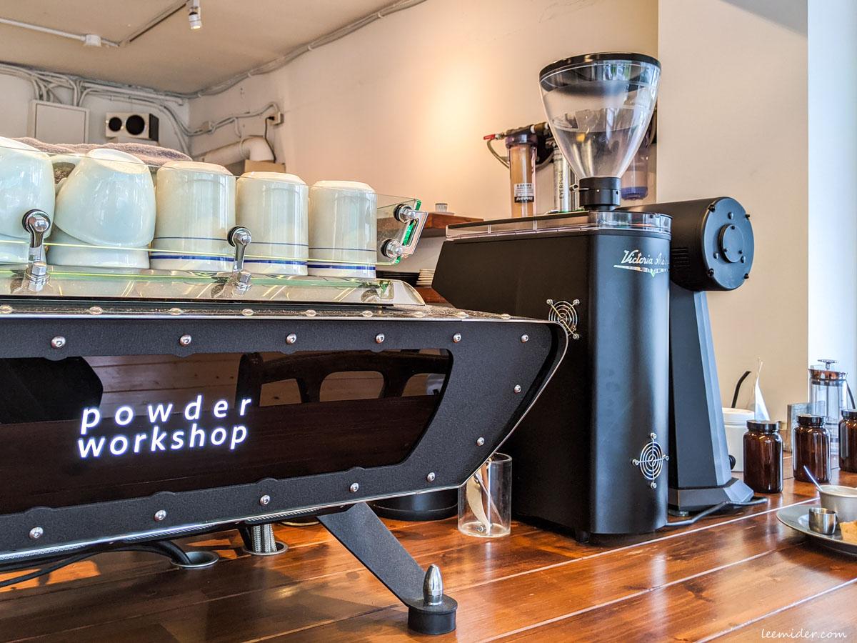 Powder workshop吧台座位,正對咖啡師的工作區