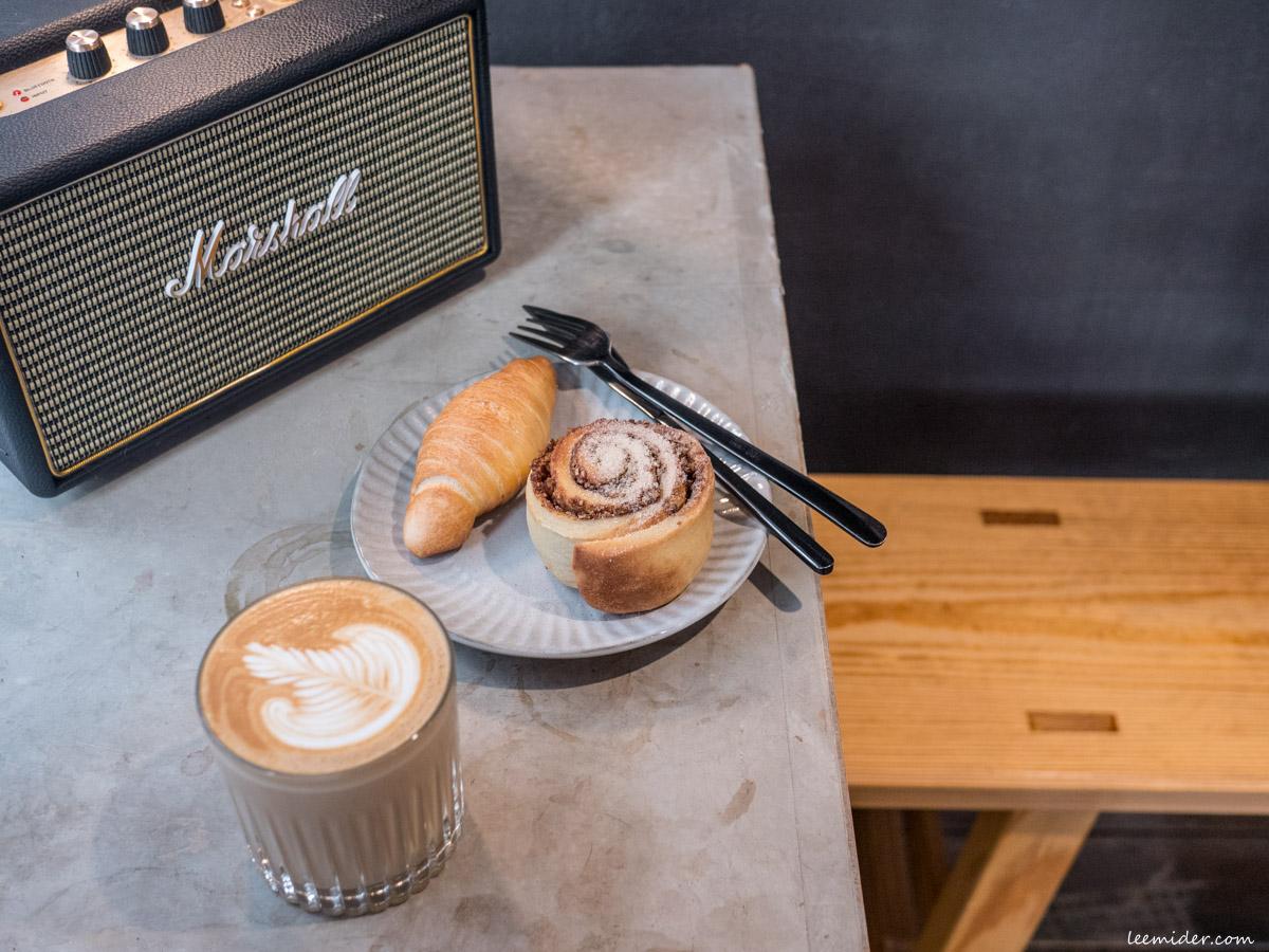台北公館-Half Coffee,公園旁的半室咖啡,有肉桂卷麵包香和貓咪作陪的時光